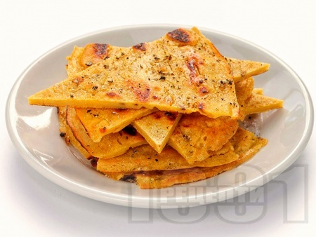 Лесни безглутенови палачинки / питки / хлебчета с брашно от нахут, зехтин, вода и сол на тиган - снимка на рецептата